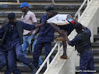 La police interpellant des semeurs de troubles « Kuluna » le 28/04/2013, au stade des Martyrs à Kinshasa, lors du match  DCMP contre Lupopo, score : 1-2. Radio Okapi/Ph. John Bompengo
