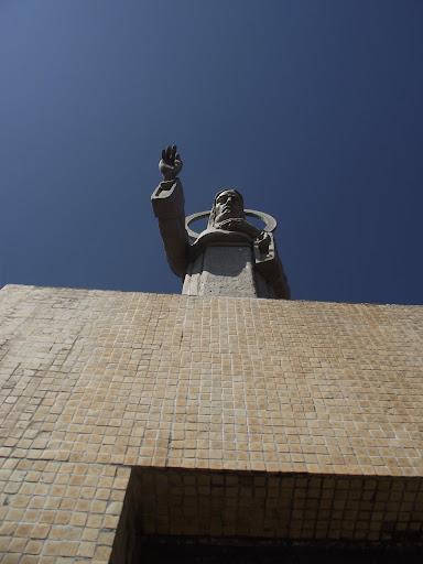 No corpo superior da torre há uma imagem do Sagrado Coração de Jesus. Trata-se de uma escultura do artista holandês Antônio Van de Wiel, medindo seis metros de altura.