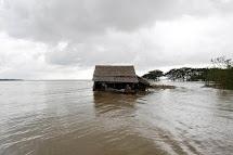 Více než 15 000 domů povodně zcela zničily, desetitisíce lidí musely své domy opustit. (REUTERS/Soe Zeya Tun)