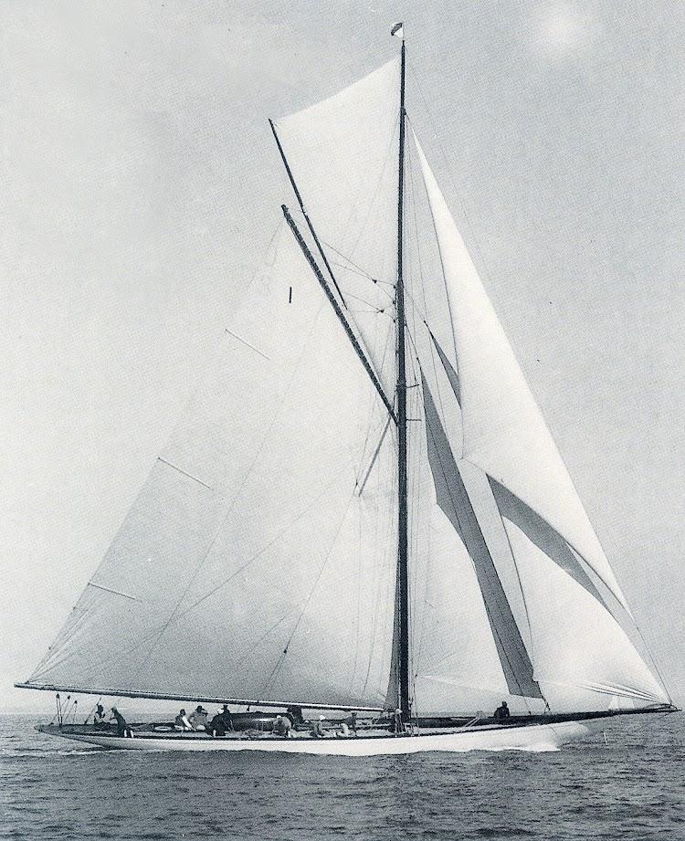 El DORINA tras su vuelta a Inglaterra en 1923. Foto Beken. De la revista Chasse Maree numero 78.jpg