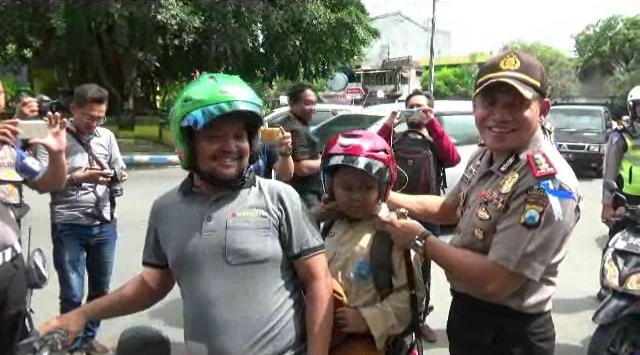 Akhiri Operasi Simpatik, Polres Jombang Bagi-bagi Helm dan Sosialisasi Rambu Lalu Lintas