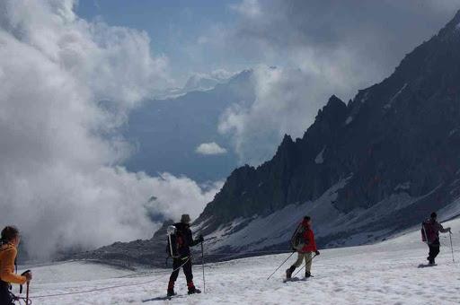 Progression sur le glacier du Trient (au fond : le mont blanc de Cheilon et la pointe du Cervin qui dépasse de l'arête à droite) (après consultation de Google Earth…)