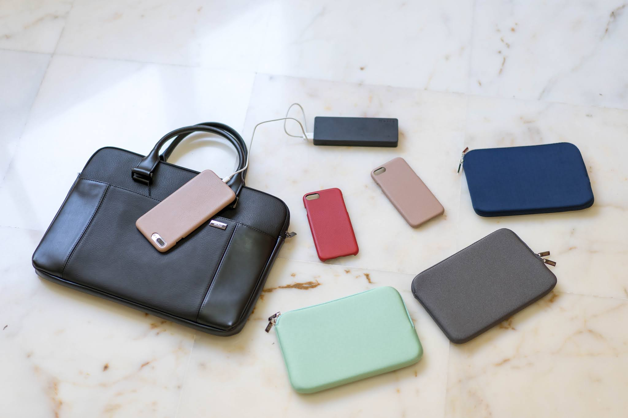 "Artwizz Leather Bag per MacBook 15""; le Cable Sleeve Neopren-Tasche nelle nuance Navy, Mint e Titan; il Lightning Cable 0,5 m per iPhone, iPad & iPod; le Leather Case per iPhone 8 Plus & iPhone 7 Plus in Nude e Red"