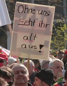 Streikende mit Schild: »Ohne uns seht ihr alt aus!«.