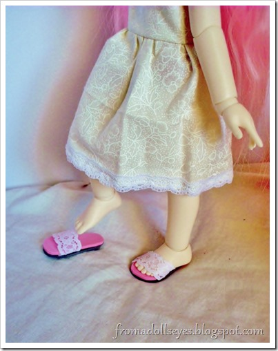 A yosd sized ball jointed doll taking off her shoes.