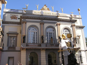 """Photo: Visite du musée DALI à Figueras, ancien théâtre municipal transformé en """"un gigantesque objet surréaliste"""" par le célèbre peintre"""