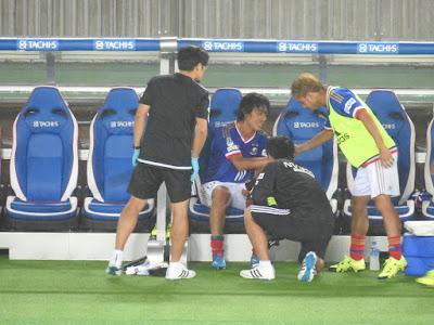 中村俊輔と比嘉祐介の握手