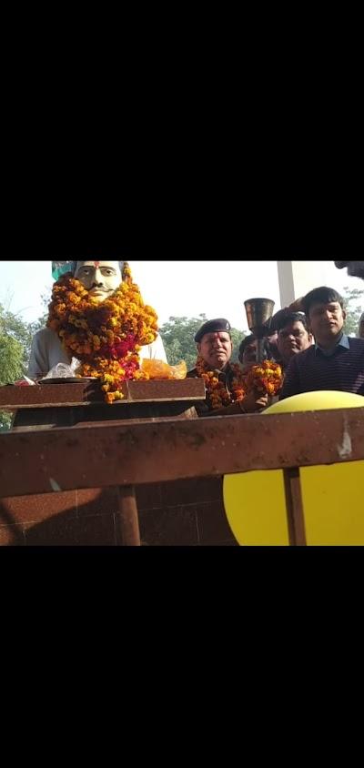 अमर शहीद पं. रामप्रसाद  बिस्मिल जी के बलिदान दिवस पर आज बरबाई गॉब मे शहीदो को श्रध्दाजली अर्पित करते हुऐ मुरैना कलेक्टर -भरत यादब