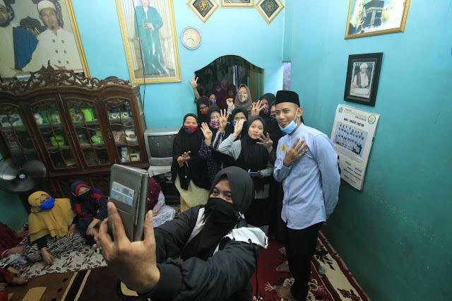 Antusias, Warga Pekapuran Laut Rebutan Selfie Dengan Ustaz Mushaffa Zakir