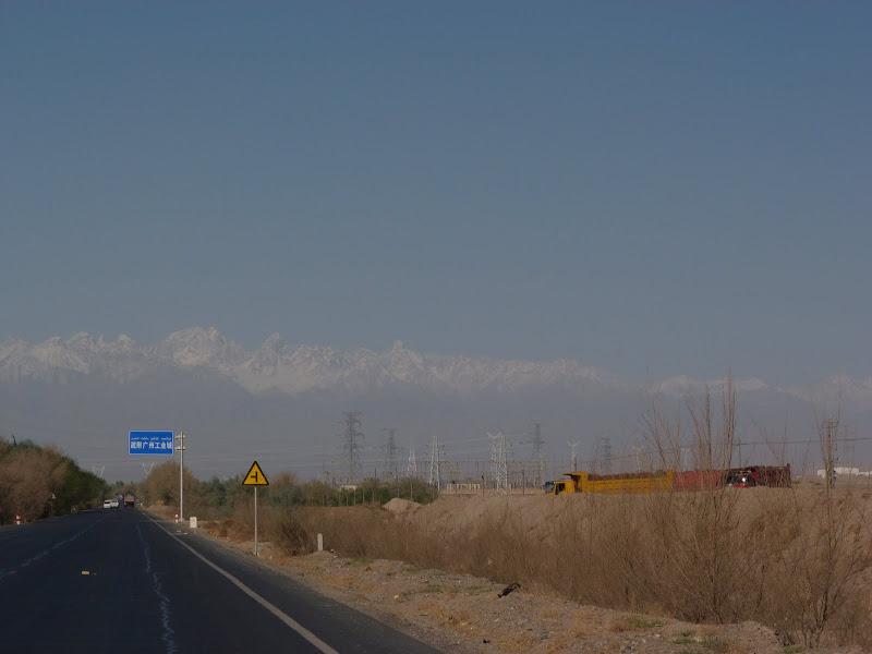 XINJIANG. Karakoram Highway, lune des plus haute route au monde, en passant a 4400 m - P1280442.JPG