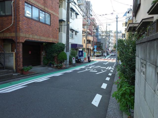 お店の前の通り。道路にスクールゾーンと書かれてる