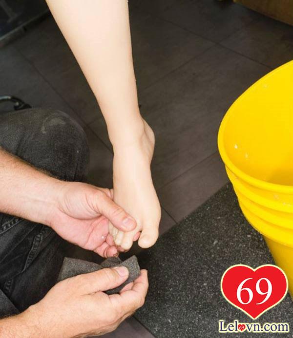 Những con búp bê sẽ được chăm sóc kỹ càng từ móng tay, móng chân...