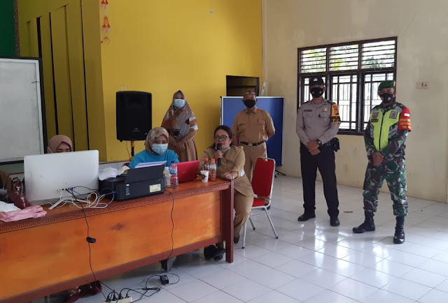 Sertu Junaidi Silalahi, melaksanakan monitoring penyuntikan Vaksin Covid-19 Lansia