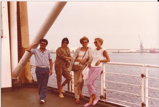 Las tres con Gino en el barco de vuelta