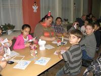 A játszóház lelke Zsuzsa néni a gyerkekkel.jpg