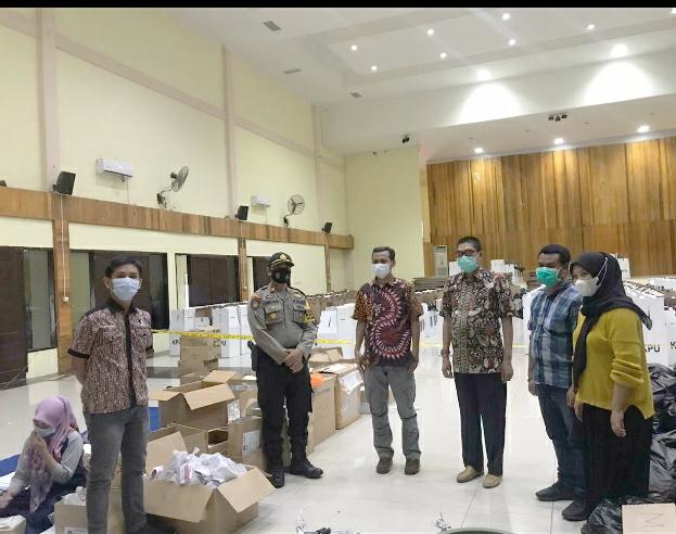 Beri Rasa Aman, Kasat Sabhara Polres Soppeng Siaga Penuh di Gudang Logistik KPU
