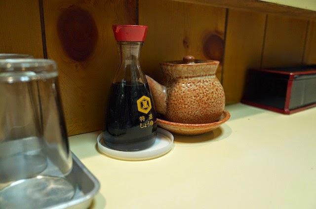 卓上のソースと醤油ボトル