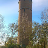 Aan de voet van de watertoren
