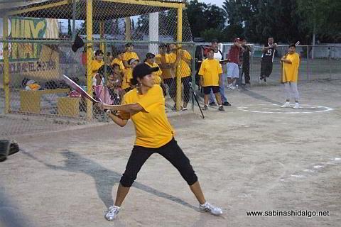 Rosy Arredondo bateando por Rebeldes en el softbol femenil