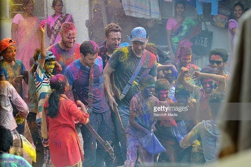 487859178-rock-band-coldplay-spotted-filming-a-music-gettyimages