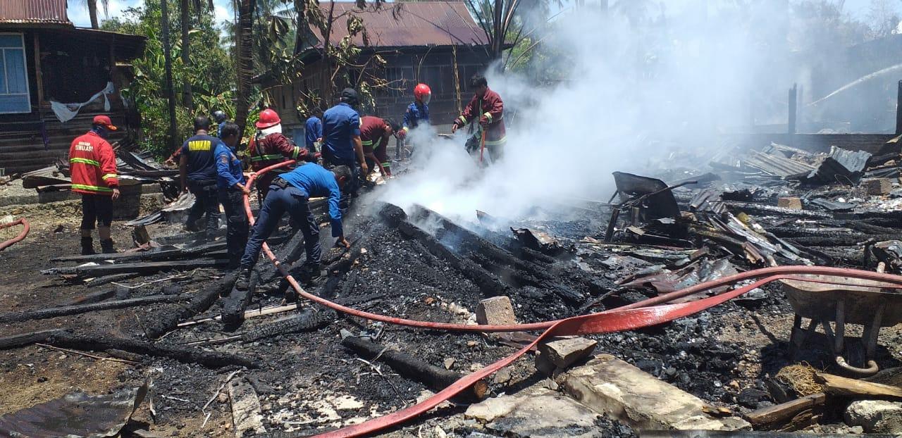 Dua Rumah Rata Dilahap Api Di Pakkasalo, Baznas Bone Berikan Bantuan