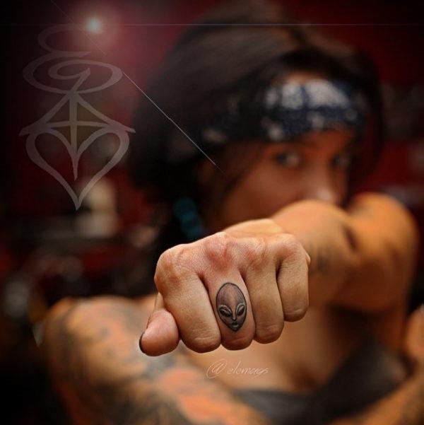 este_aliengena_dedo_tatuagem