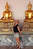 Isabell with golden Buddha statues (© 2010 Bernd Neeser)