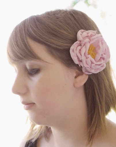Enfeite de cabelo com flor de tecido