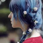 Longo rabo de cavalo bagunçado lado trança com flores azul.jpg