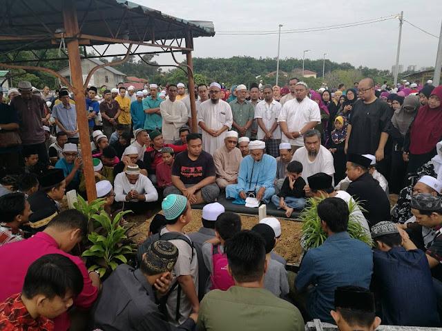 Penduduk setempat menghadiri majlis pengkebumian pengasas Sate Samuri, Datuk Samuri Juraimi
