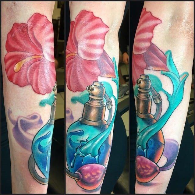 perfume_pote_braço_de_tatuagem