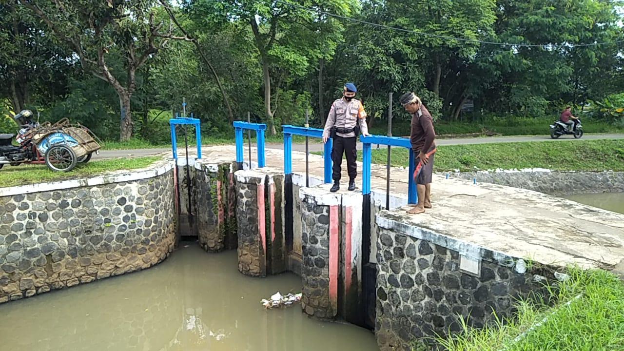 Tim SAR Sat Brimob Polda Jabar Monitoring Debit Air Sungai Cirebon Girang