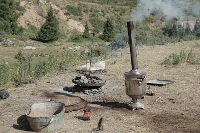 Im Yurt-Camp werden Bort und Tee zubereitet