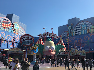 Inngang til The Simpsons Ride med munnen til klovnen Krusty som inngangsportal.