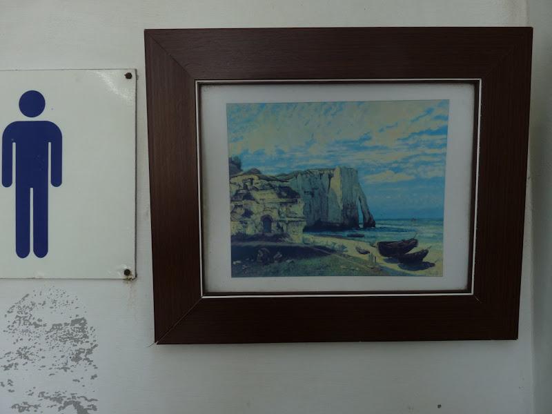 Copie d un tableau d Etretat dans les toilettes à côté de Taitung