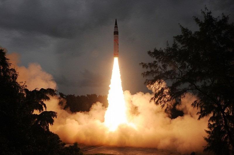 20170104-Agni-V-Ballistic-Missile-DRDO-India-01[6]