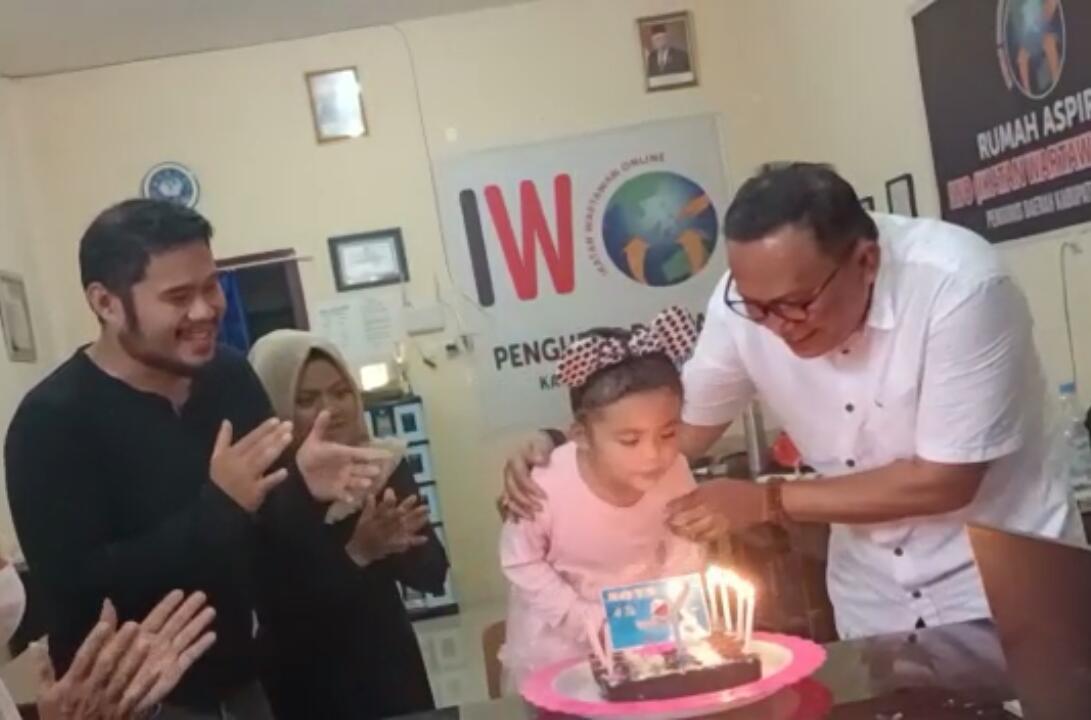 Wujud Kekeluargaan, Ketua IWO Soppeng Rayakan Ultah Anak Anggota IWO