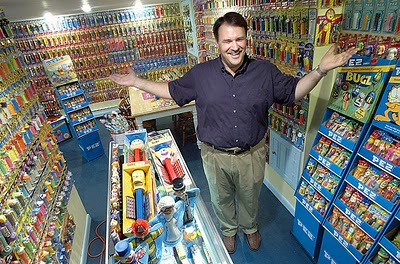 Ron Hood sang kolektor PEZ (wadah permen) dan merchandise