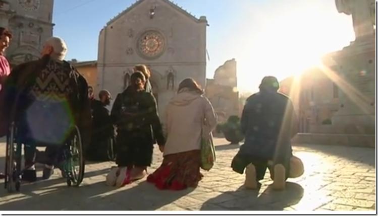 Beten vor der zerstörten Kirche in Nursia