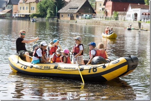 Vodáci u bývalého plášťového jezu na Vltavě