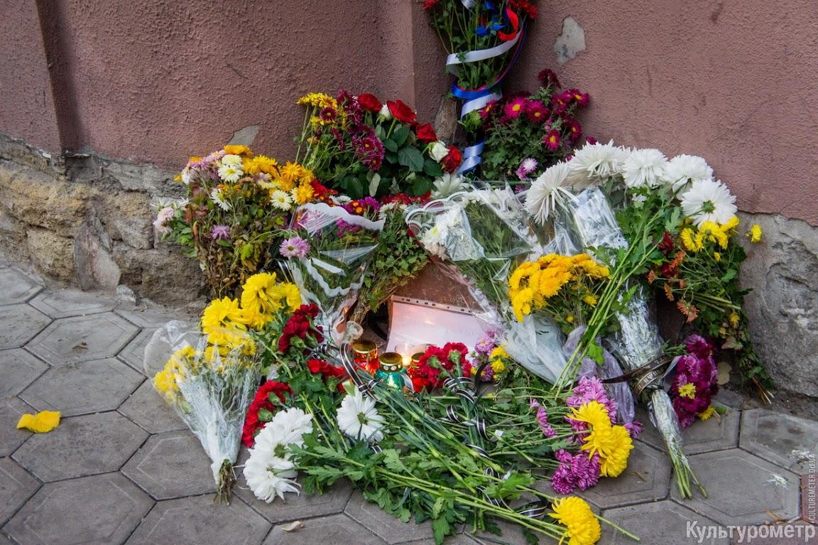 DSC06500 Возле одесского Альянс Франсез десятки букетов цветов и зажженные свечи