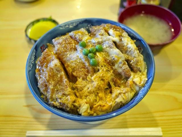 角平のカツ丼大盛りと味噌汁漬け物セット。割り箸の長さと同じくらいの丼