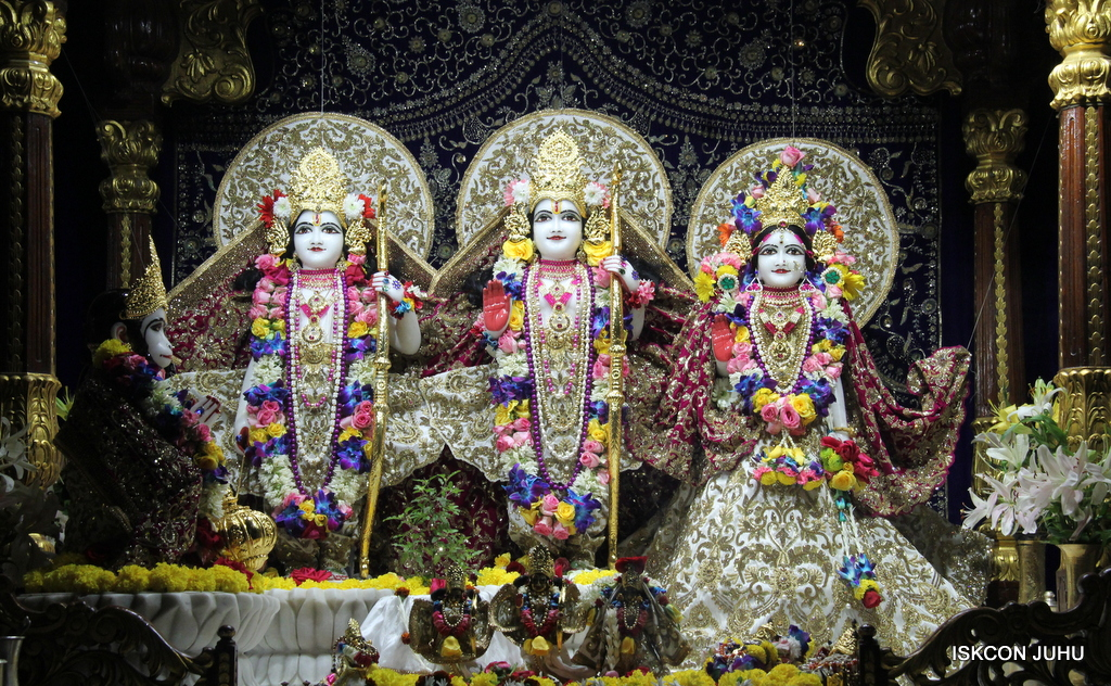 ISKCON Juhu Sringar Deity Darshan on 24th Oct 2016 (52)