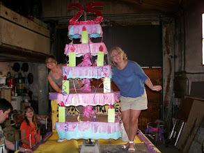 Photo: La Peña antivicio celebró su 25 aniversario con una tarta gigante y salió en carroza recorriendo el pueblo.