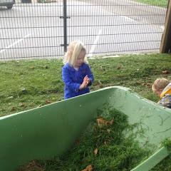 pake helpen met gras opruimen
