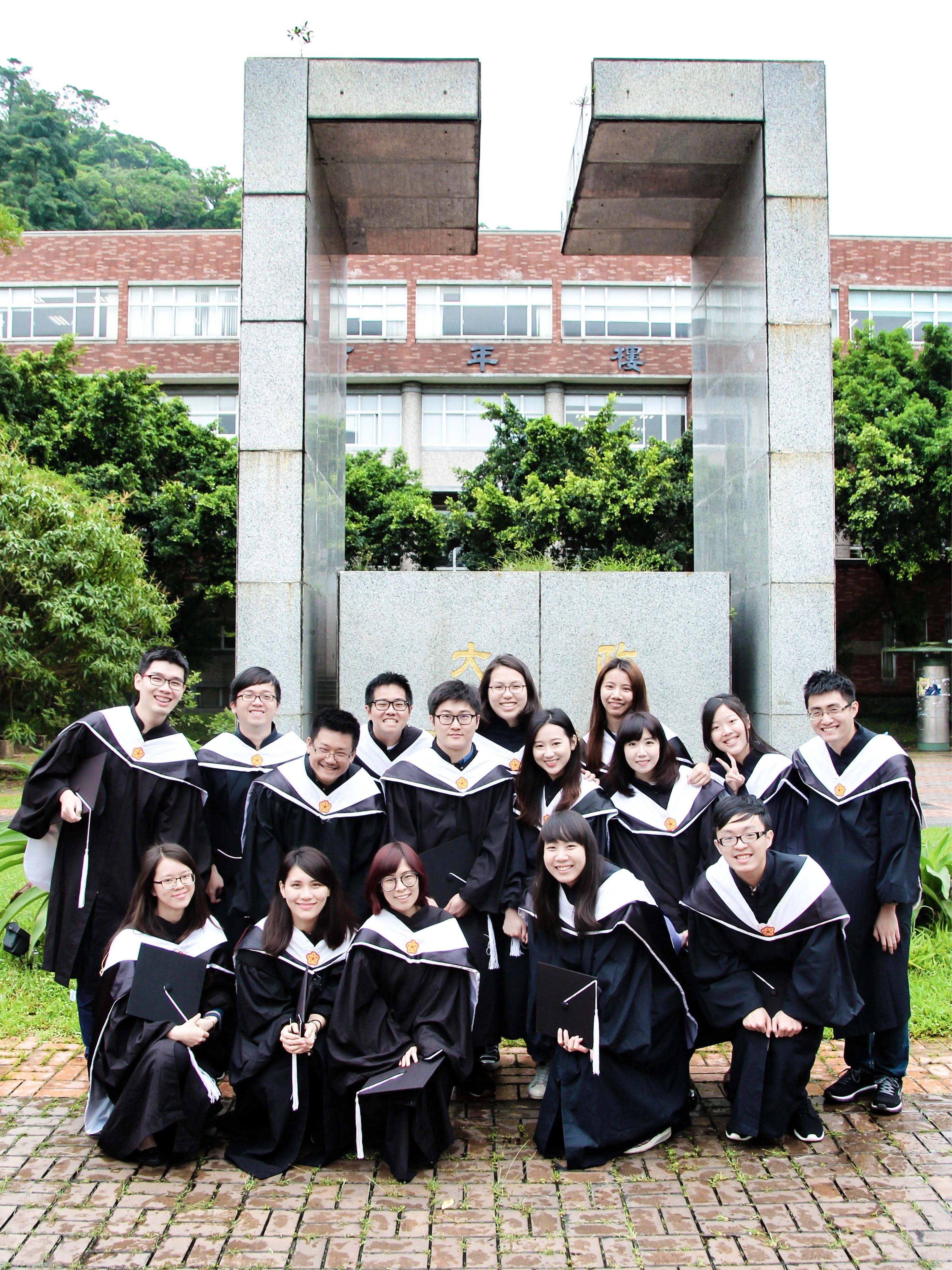 104級政治大學 圖書資訊與檔案學 畢業碩士服團照
