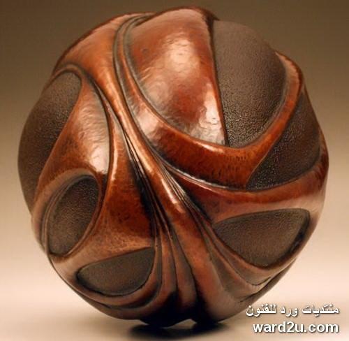 خطوط انسيابية بارز و غائر فى مشغولات نحاس الفنان David Huang