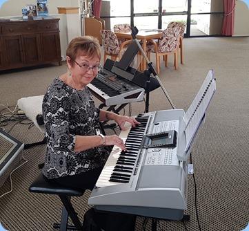 Diane Lyons playing her Yamaha PSR 3000.