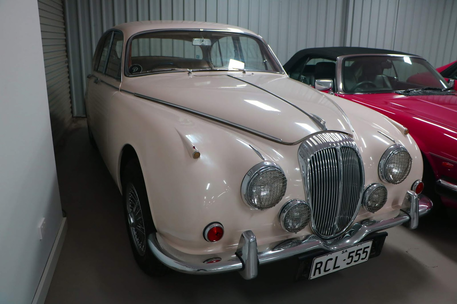Carl_Lindner_Collection - 1965 Daimler 250 V8 Saloon 03.JPG