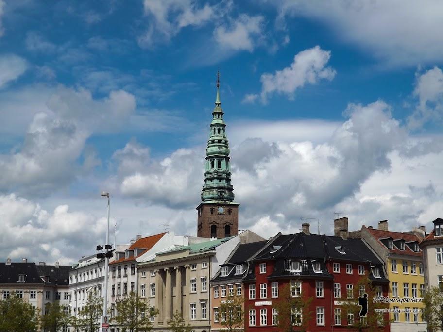 Središnjom gradskom jezgrom dominira gradska vijećnica te šarena pročelja zgrada.